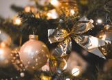 Décoration de Noël : boules et étoiles